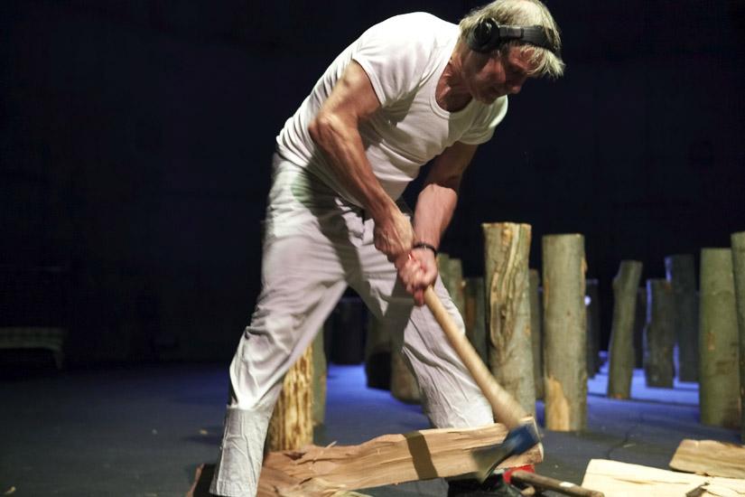Holzschlachten. Ein Stück Arbeit